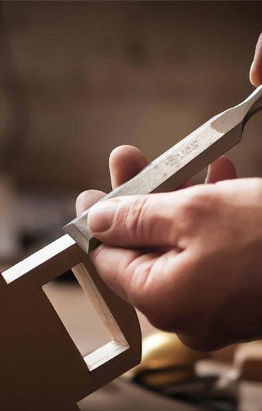 Esztétikus, magas minőségű fa bútorok készíttethetők a céggel.